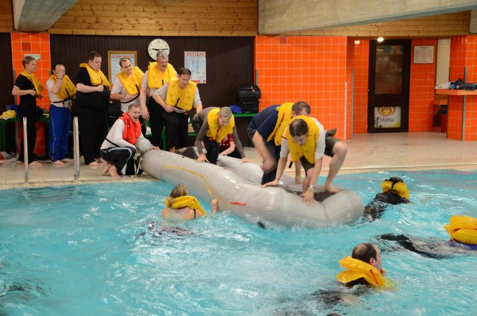 Foto/Notwasserungstraining für Passagiere