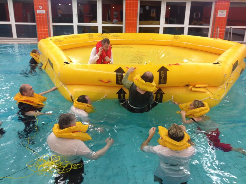 Foto 3 /Notwasserungstraining für Passagiere/Passagiere klettern ins Rettungsboot