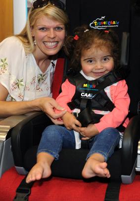 Das Bild zeigt eine Dame neben einem kleinen Mädchen im Travel Chair